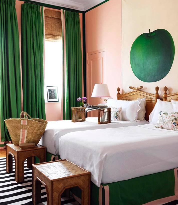 сочетание деревянных изделий и зеленого цвета в спальне с двумя кроватями
