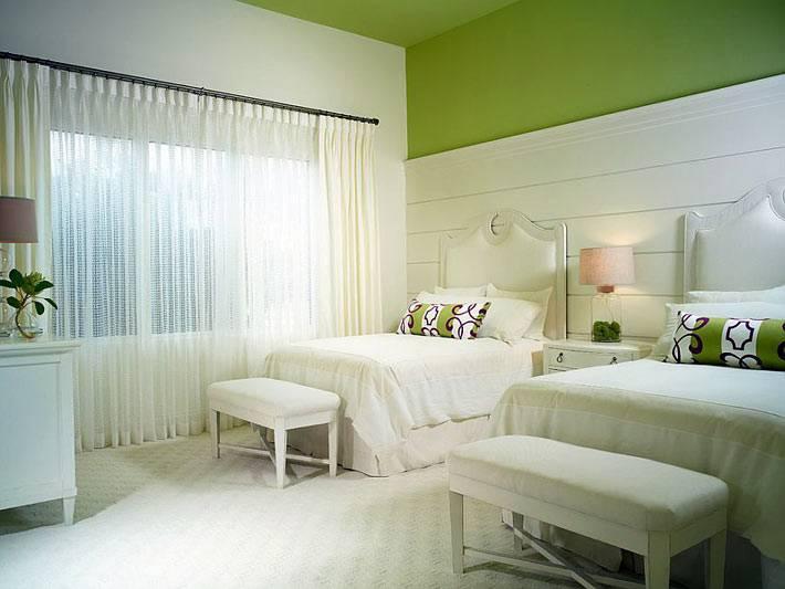 нежная детская спальня в белом цвете с зелеными акцентами фото