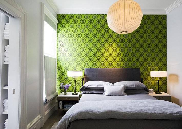 зеленая акцентная стена в спальня благодаря ярким обоям