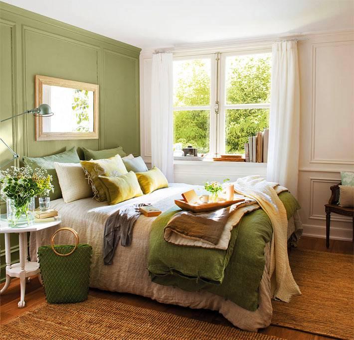приглушенный зеленый цвет в абсолютно летнем интерьере спальни фото