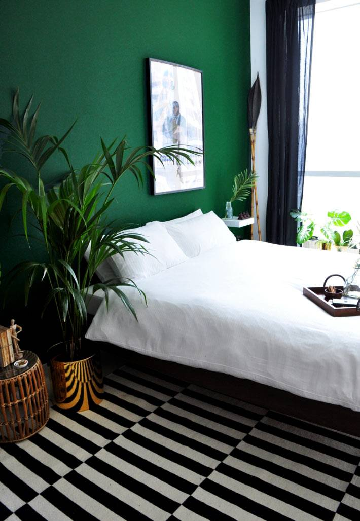 насыщенный изумрудно зеленый цвет в дизайнен интерьера спальни с цветами
