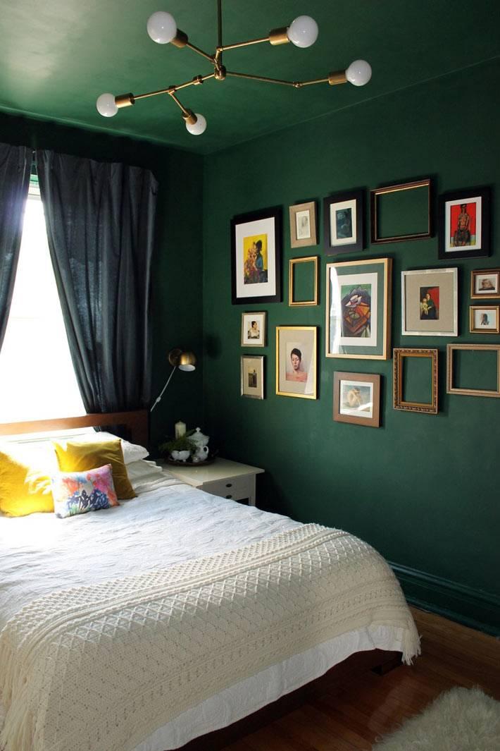 темно-зеленый цвет для стен и потолка для уютной спальной комнаты фото