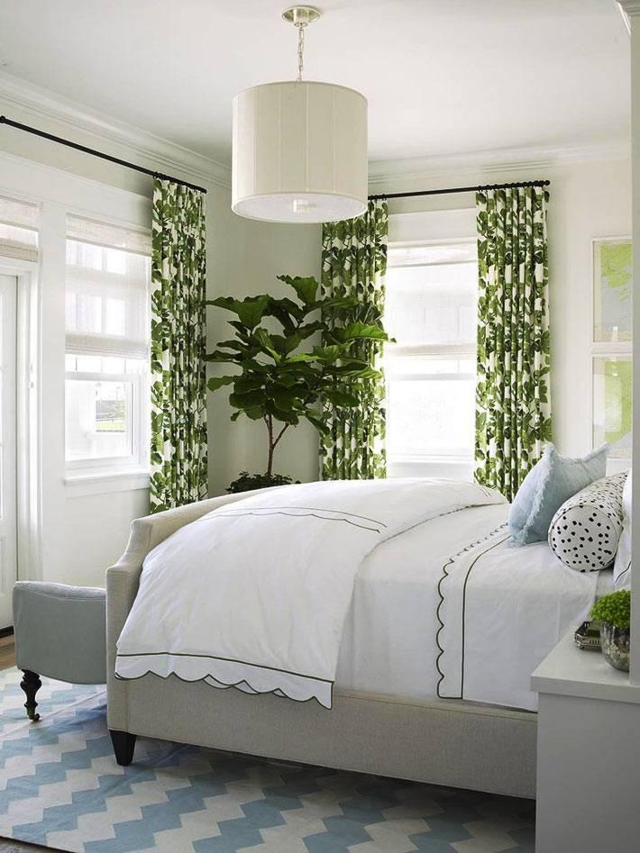использование геометрических линий в бело-зеленой спальне фото
