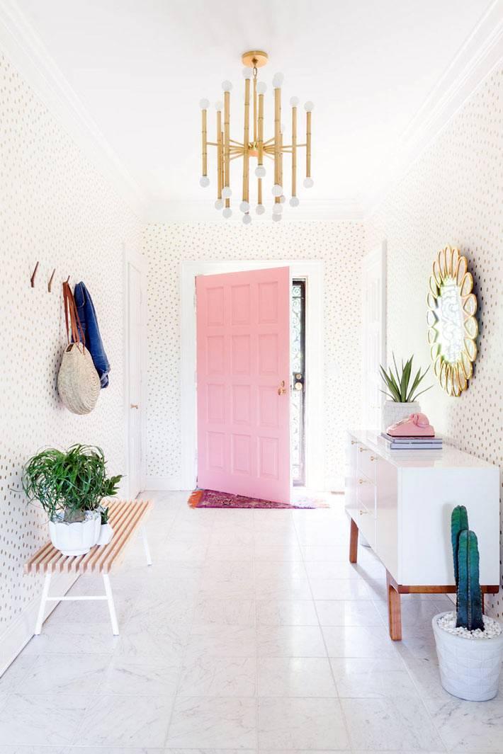 розовая дверь в женском интерьере дома фото