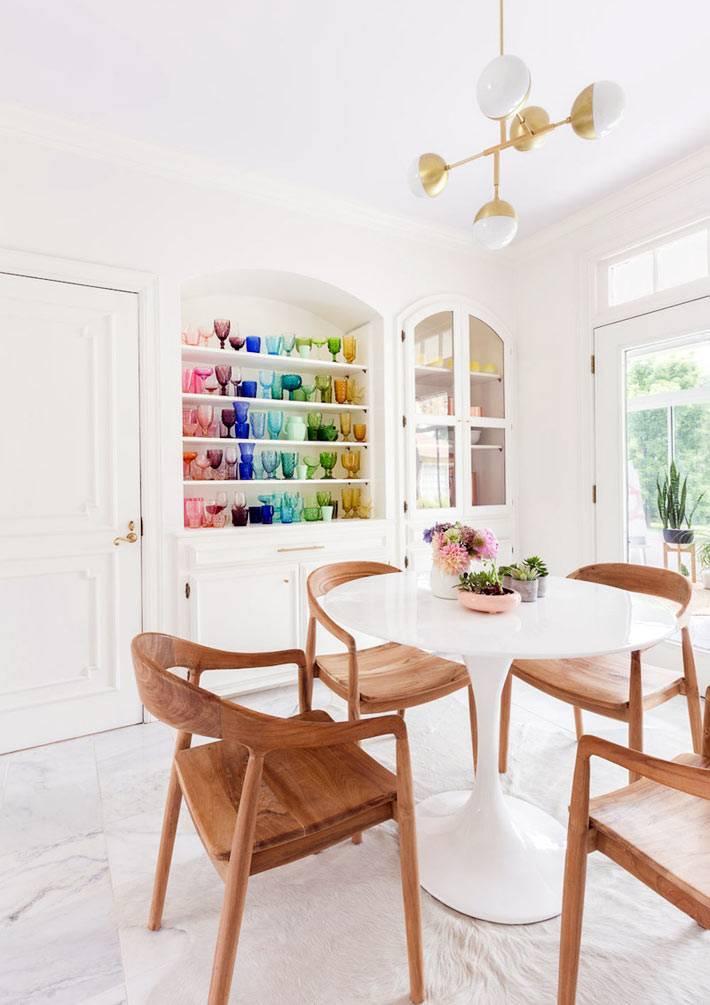 цветные бокалы для красоты на открытых полках кухни