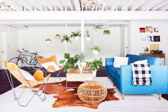 кожаный кресла и щкура животного на полу в комнате