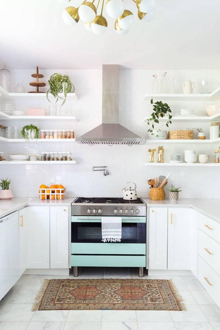 кухня белого цвета с открытыми полками для посуды