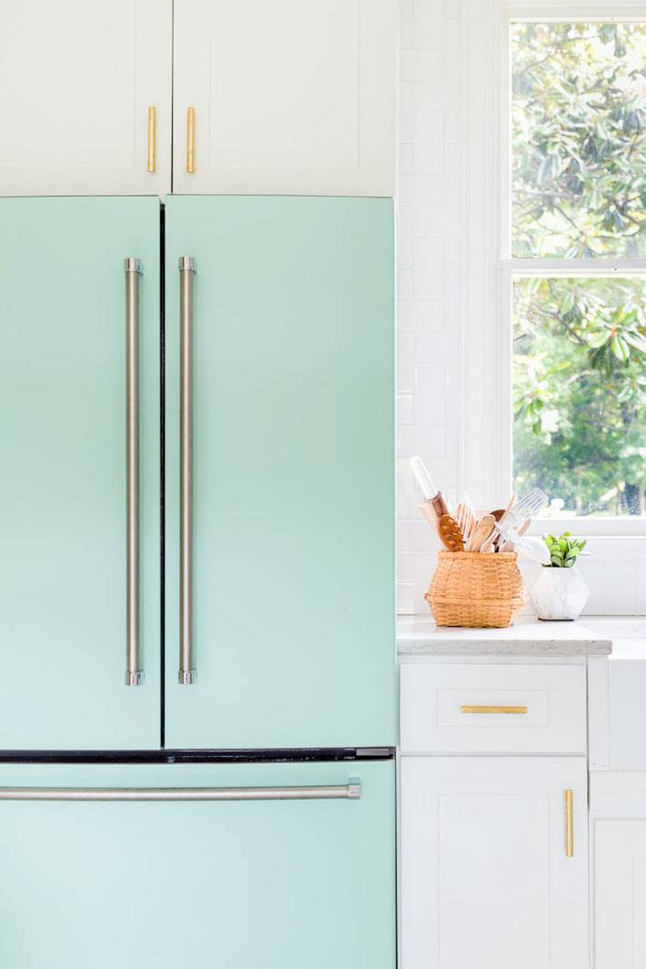 большой холодильник мятного цвета в белой кухне
