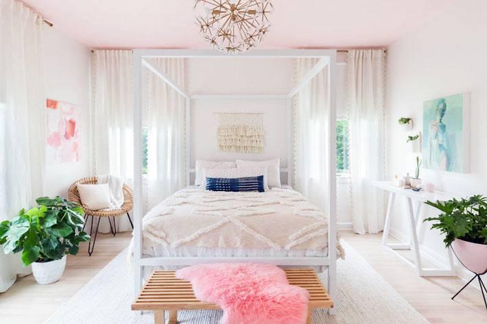кровать с балдахином и розовый потолок в спальне