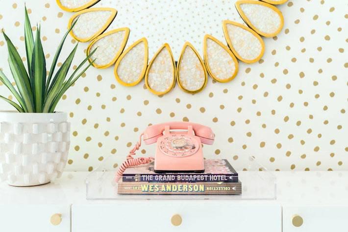 розовый ретро-телефон как украшение для комнаты