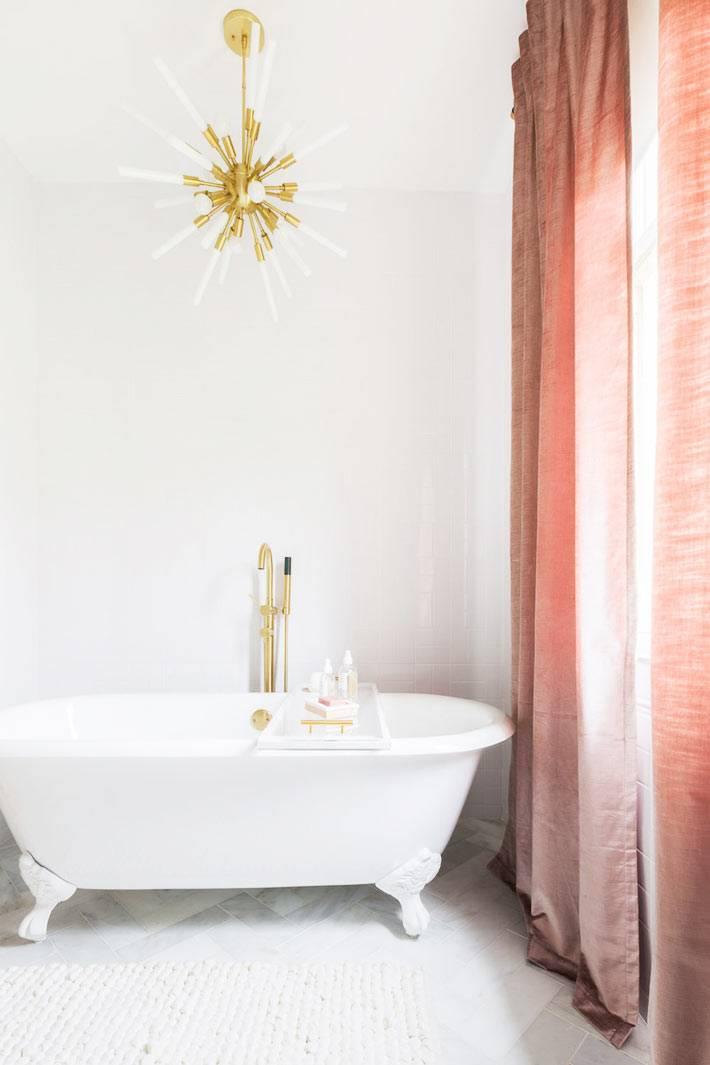 роскошный минимализм в ванной с красивой люстрой