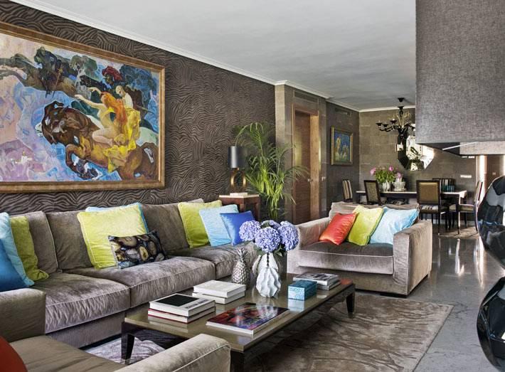 яркие акценты в декоре на фоне коричневого цвета стен и мебели