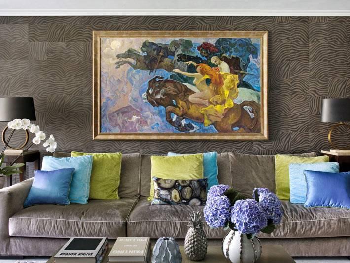 контрастное сочетание стен и предметов декора в комнате