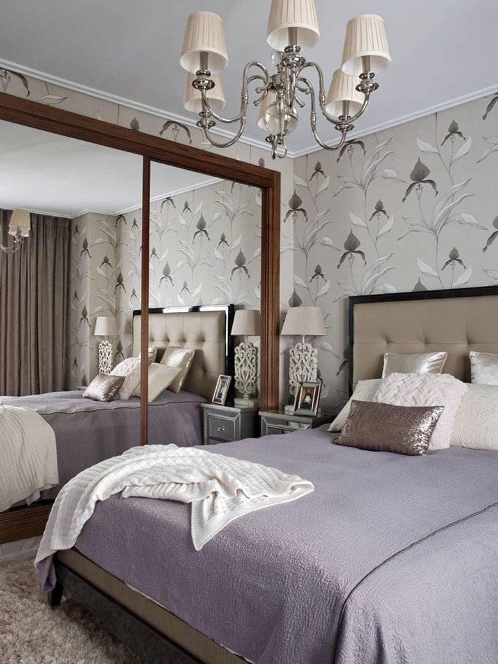 стены спальни для взрослых оклеены светлыми дизайнерскими обоями