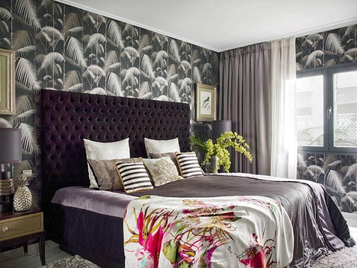 роскошная кровать с большим мягким изголовьем в спальне