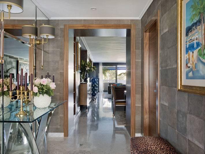 стеклынная консоль и большое зеркало в дизайне прихожей квартиры