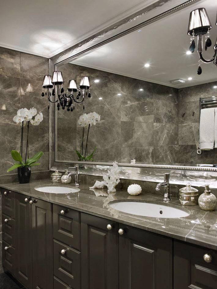 оргомное зеркало во всю стену перед умывальником в ванной