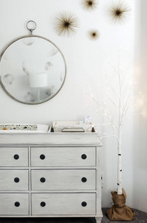 дерево с гирляндами в качестве освещения детской комнаты серого цвета