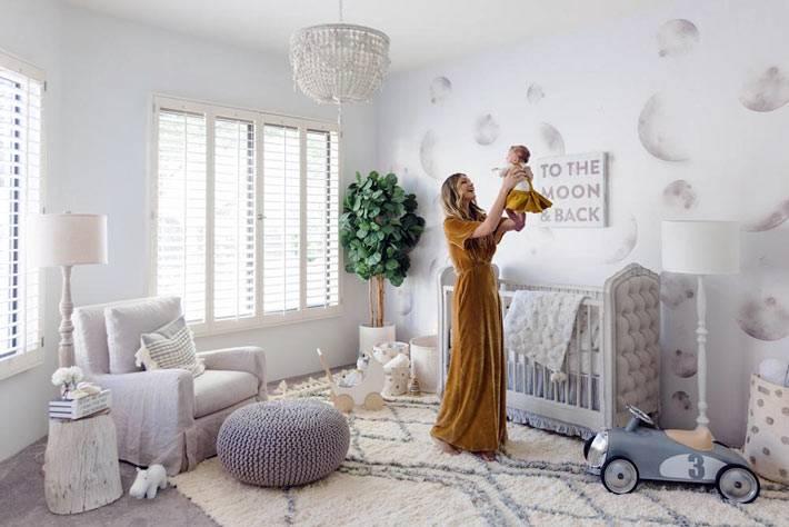 интерьер комнаты для младенца получился светлым и уютным