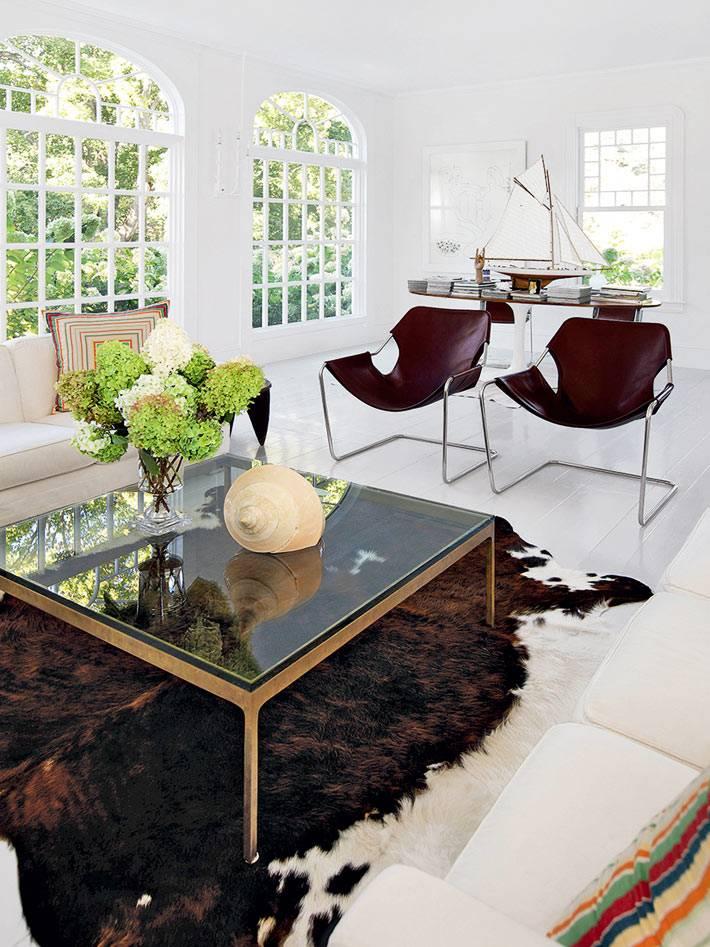 имитация шкуры животного на белом полу в доме фото