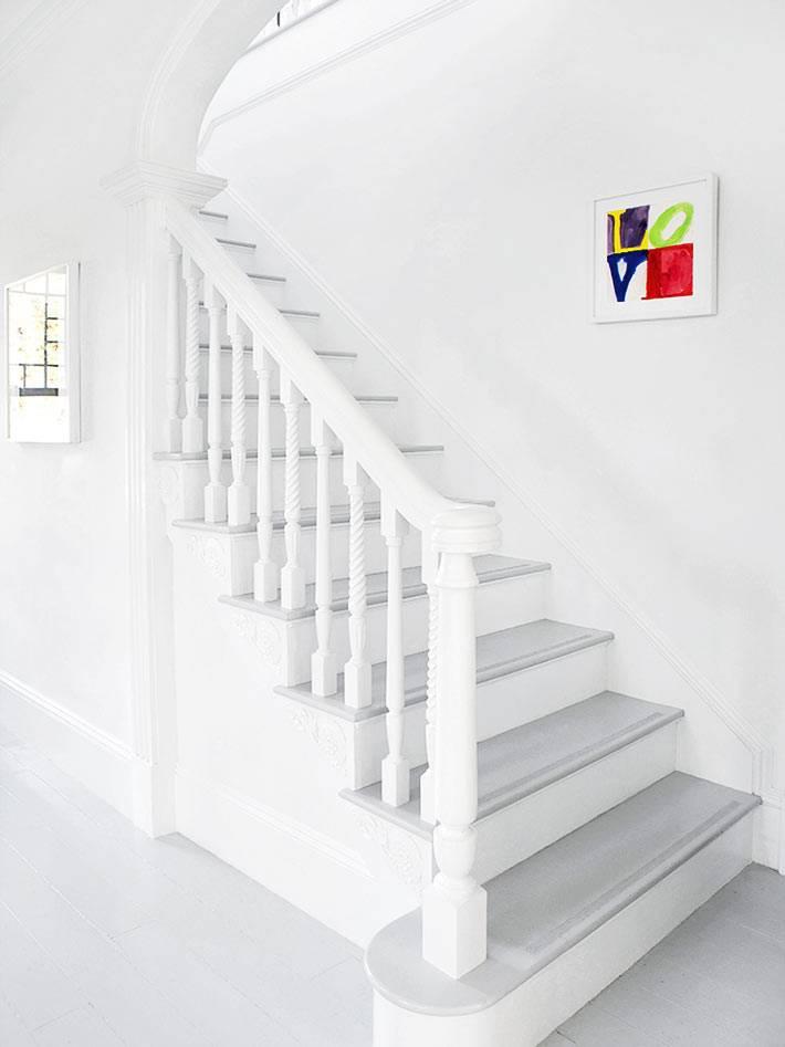 красивая белая лестница с серыми ступенями ведет в спальню