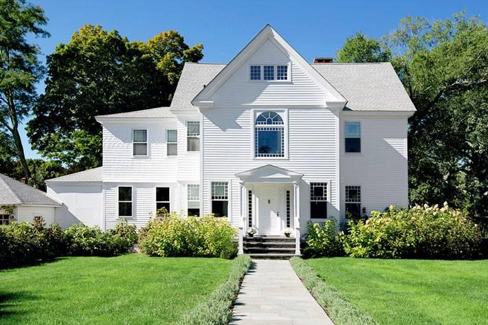 красивый загородный дом с белым фасадом фото