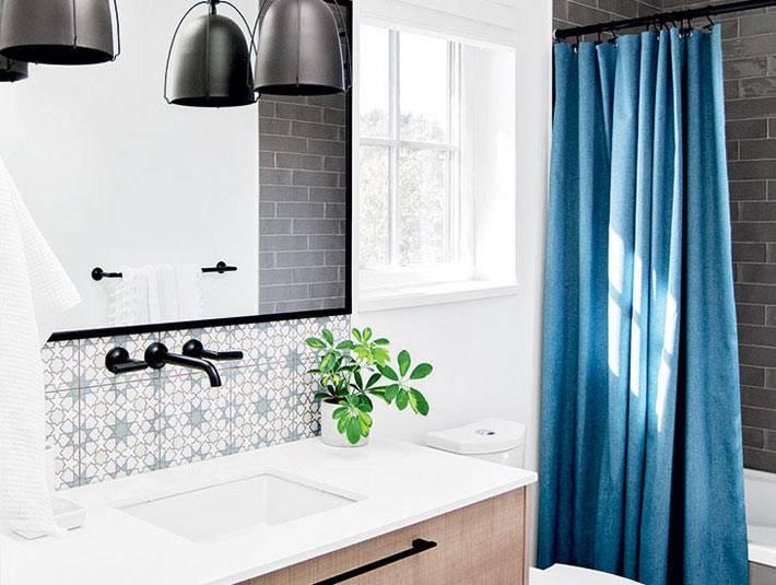 глянцевый черно-серый кафель в нише с ванной за синей шторкой