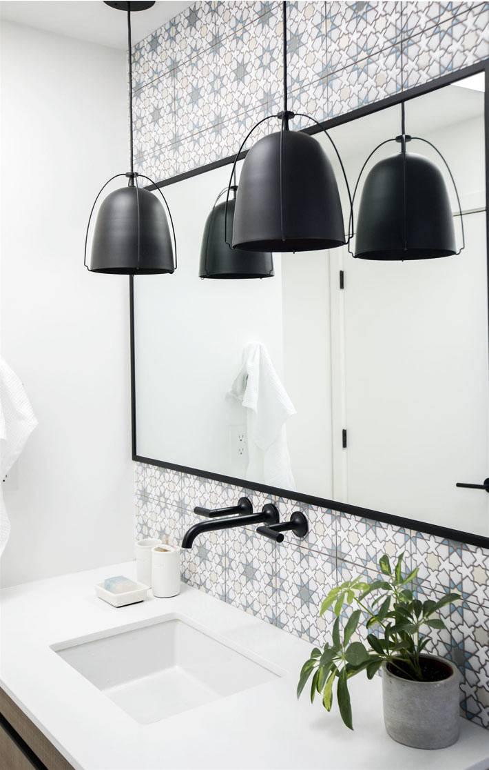 матовые черные подвесные светильники над раковной в ванной комнате