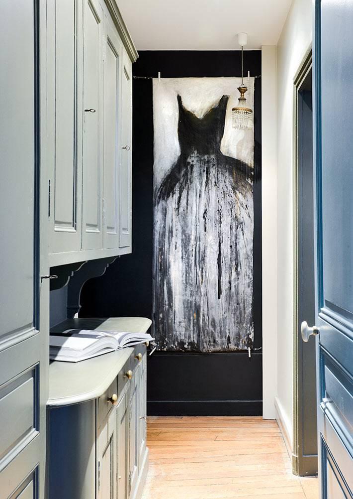большая картина на черной стене в прихожей квартиры фото