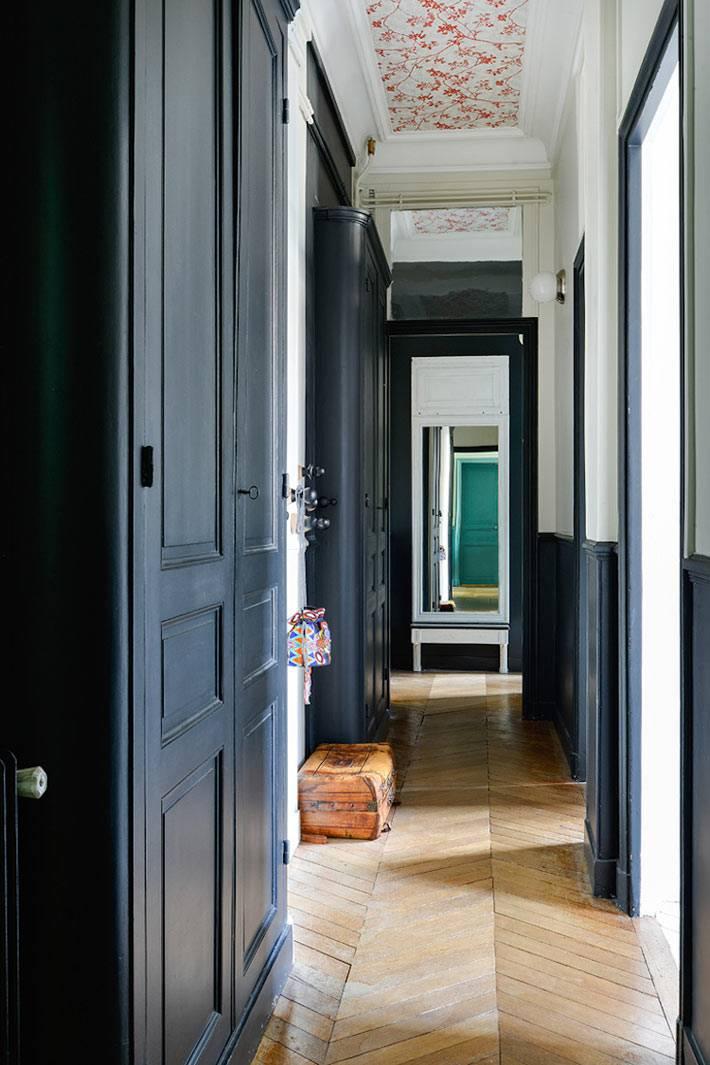 темно-синие встроенные шкафы в интерьере прихожей фото
