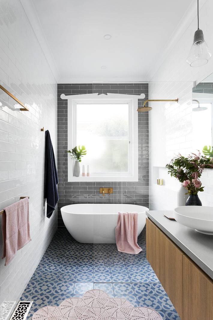 маленькая ванная комната в стиле минимализм с акцентной серой стеной