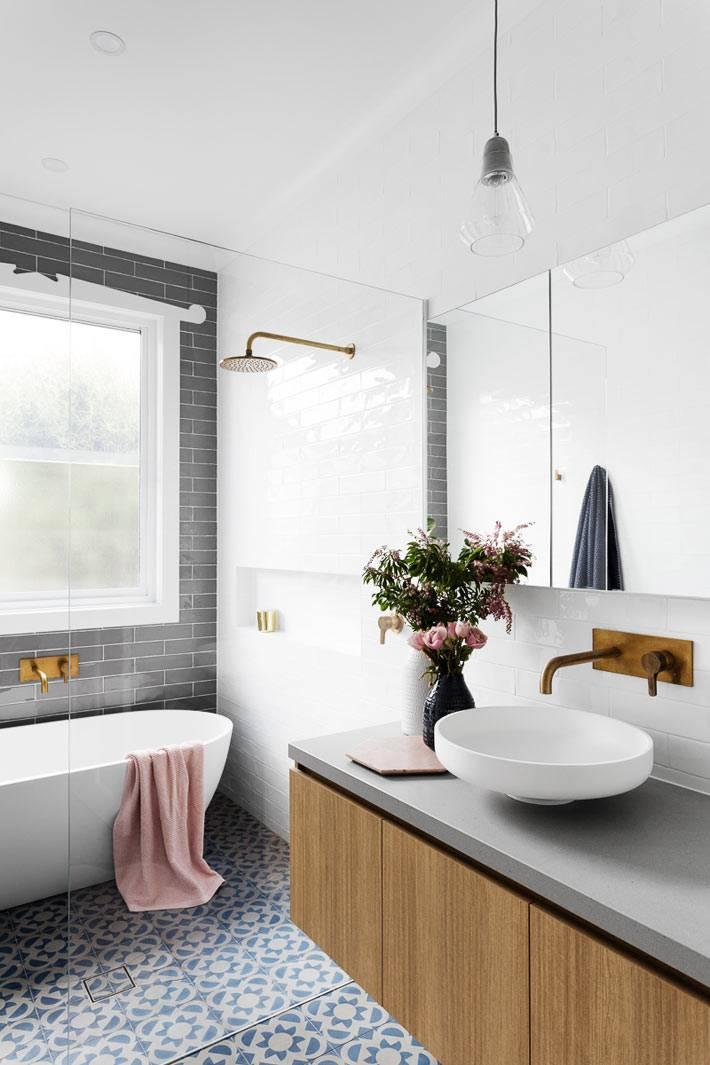 кргулый белый умывальник на серой подвесной тумбе в ванной фото