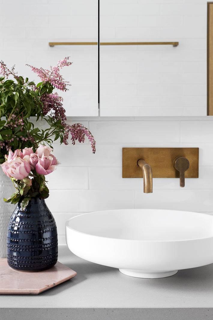 современная сантахника из латуни в декоре ванной комнаты