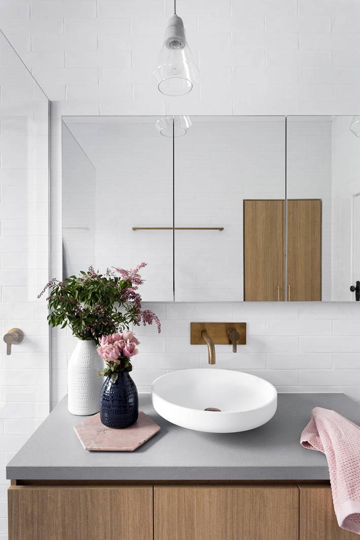 маленькая ванная комната с интересным дизайном и большим зеркалом