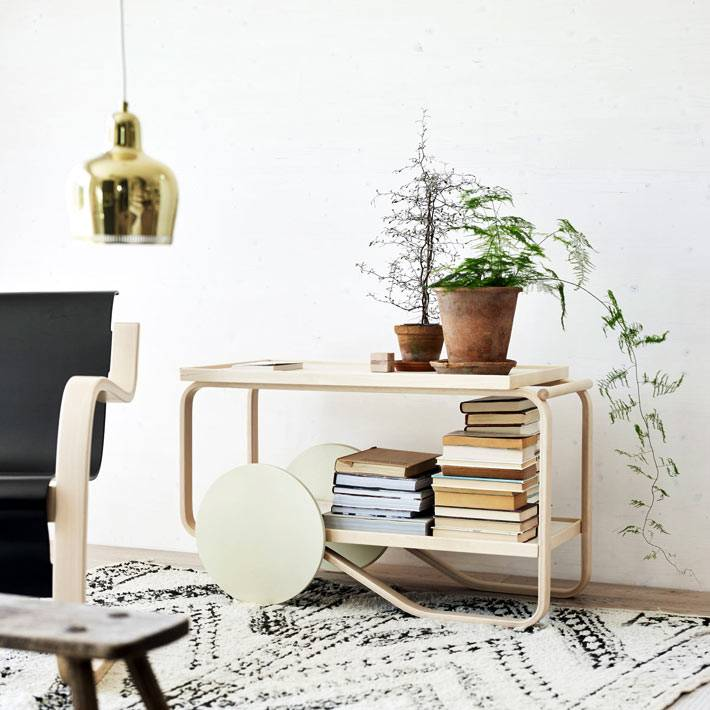 элегантная деревянная тележка для хранения книг и цветов