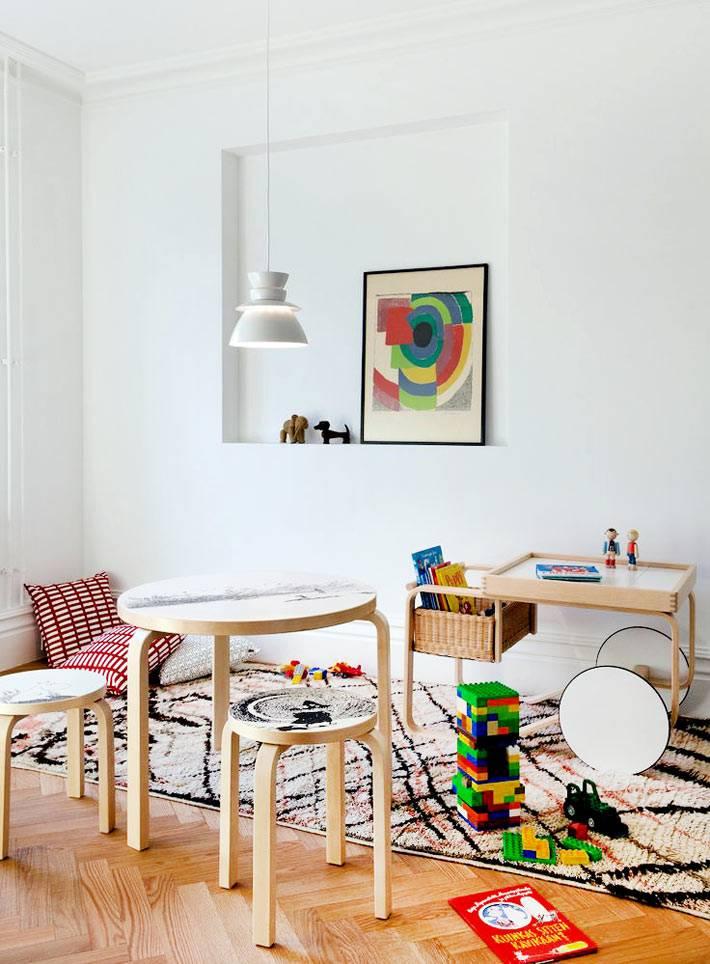 столик на колесах с плетеной корзиной в детской комнате