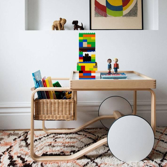 деревянный стол-тележка с корзиной для детской комнаты