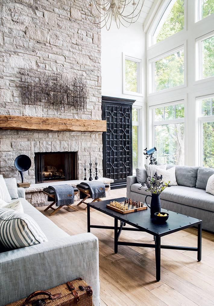 гостиная комната с высокими потолками и встроенным камином