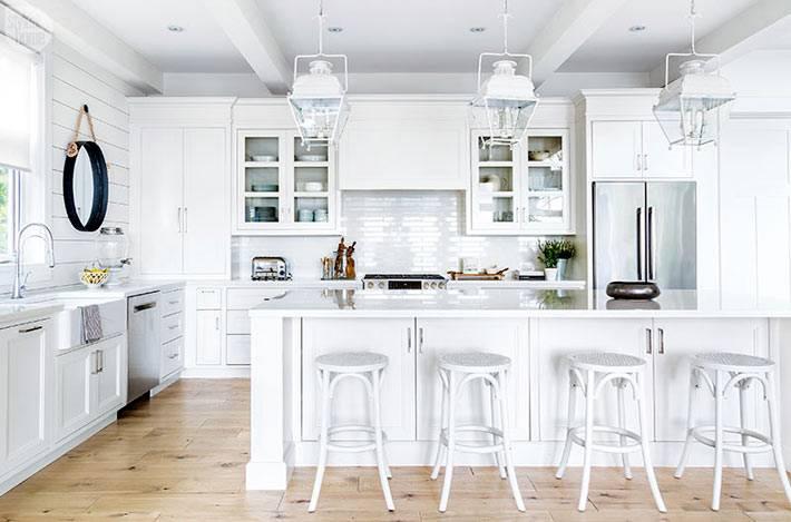 белый цвет для винтажной кухни с барными стульями