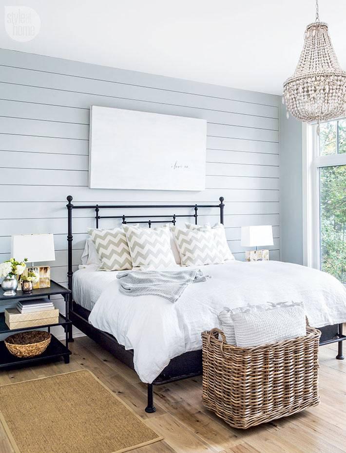 плетеные корзины в декоре спальни с деревянными стенами