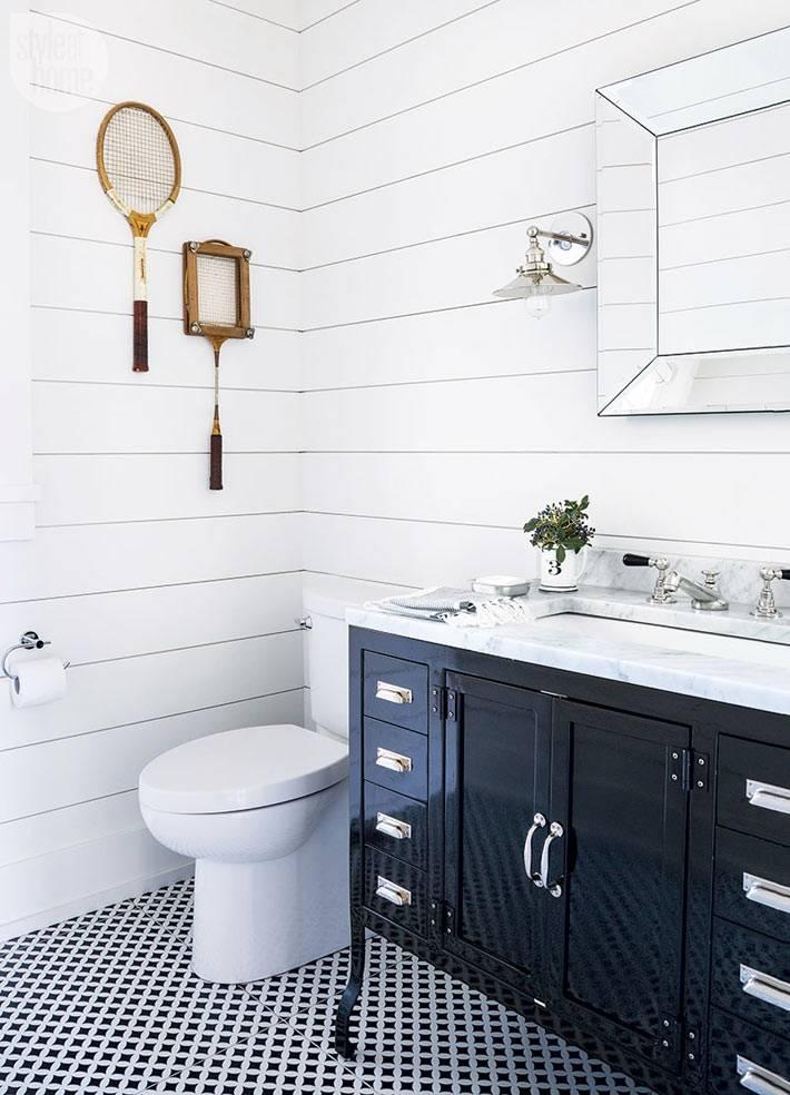 интересный настенный декор в ванной комнате фото