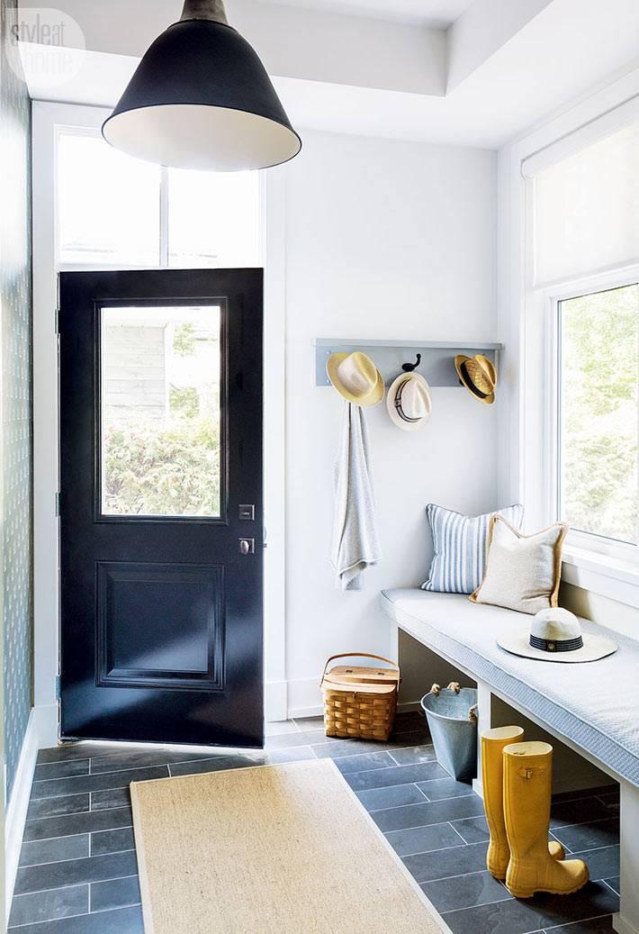 интерьер прихожей белого цвета с черной входной дверью