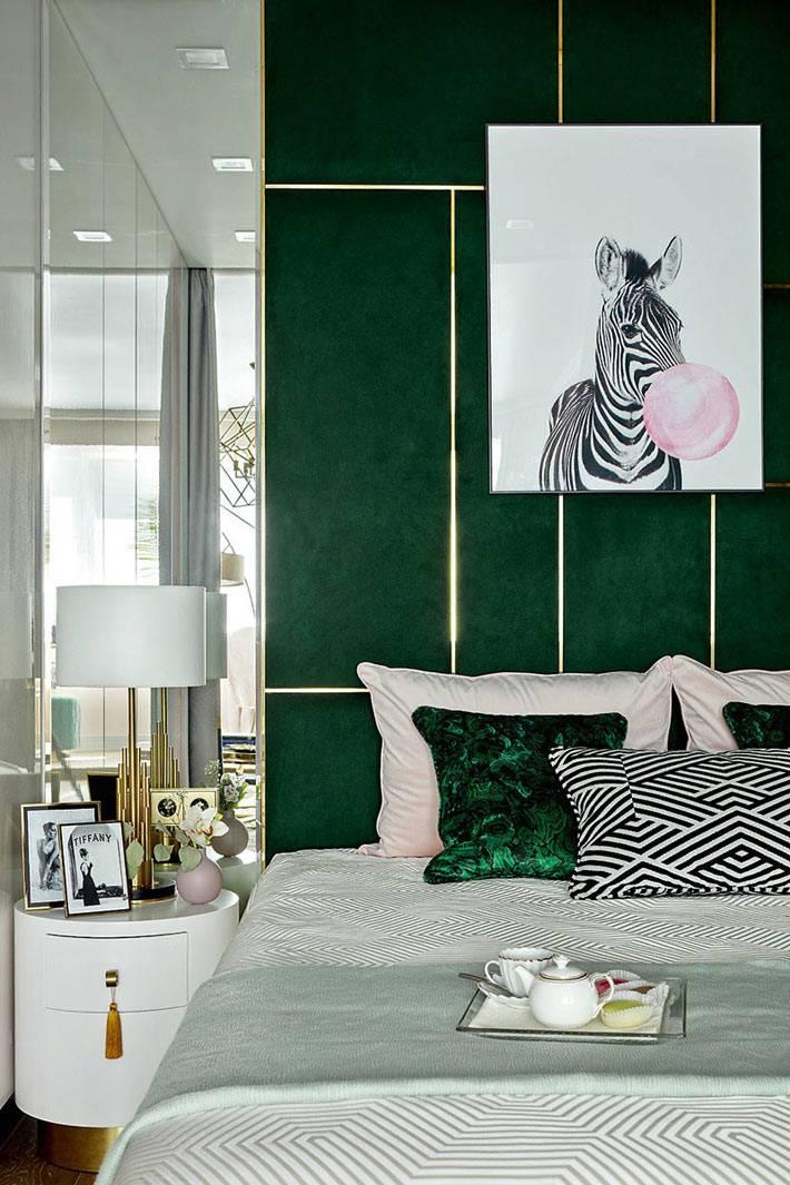 изумрудный цвет для оформления стен спальни фото