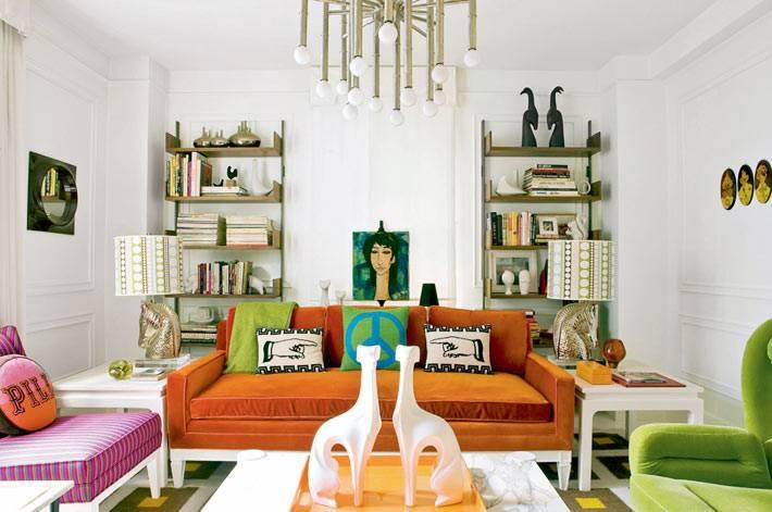оранжевый диван, фиолетовое и зеленое кресло в гостиной комнате