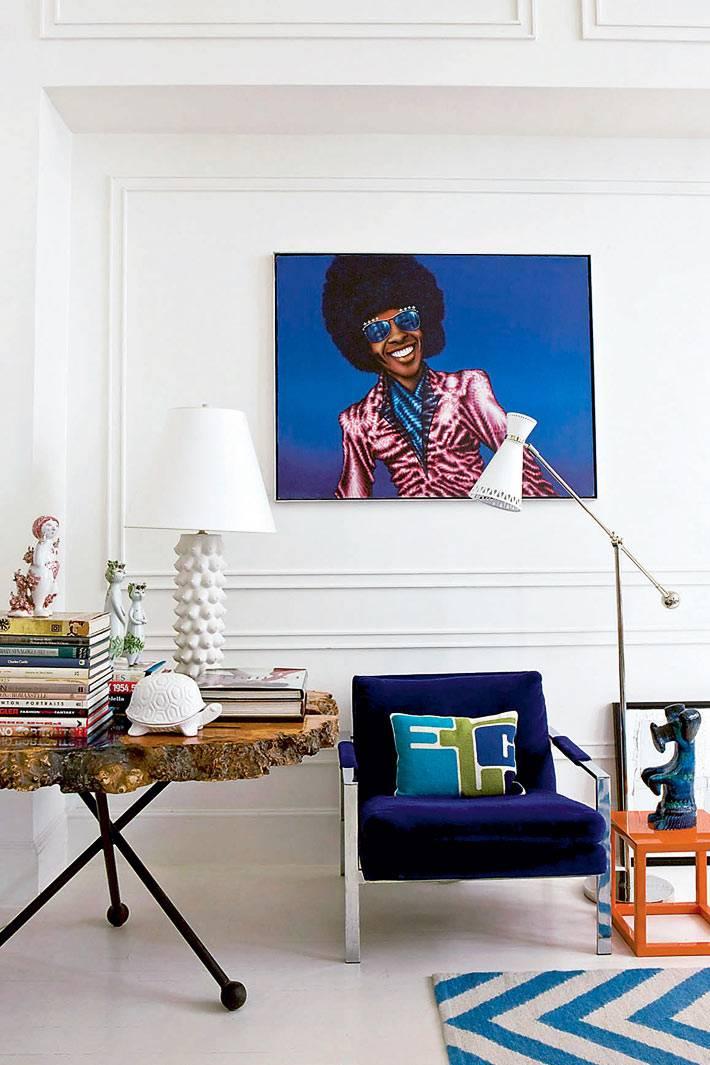 жернальный стол из сруба дерева и синяя мебель в доме