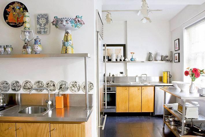 кухня необычной формы с деревянной мебелью и стальной столешницей