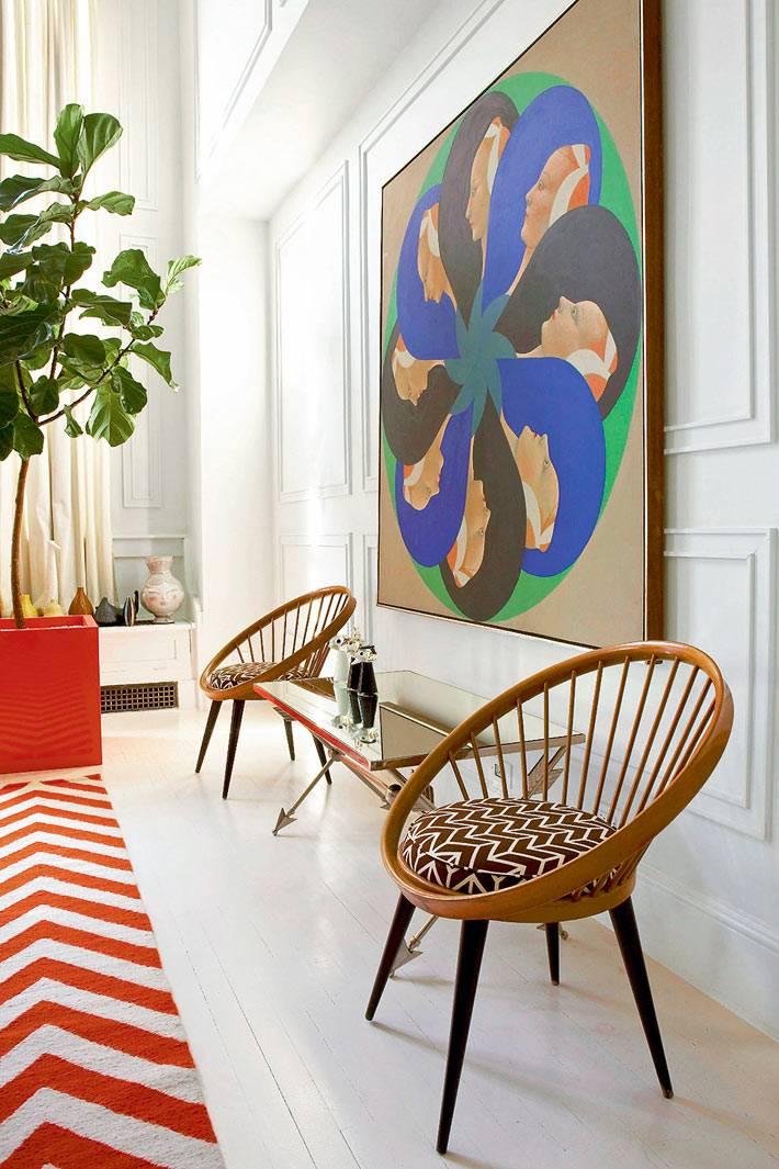 мебель для дома с зеркальной столешницей и большая картина на стене