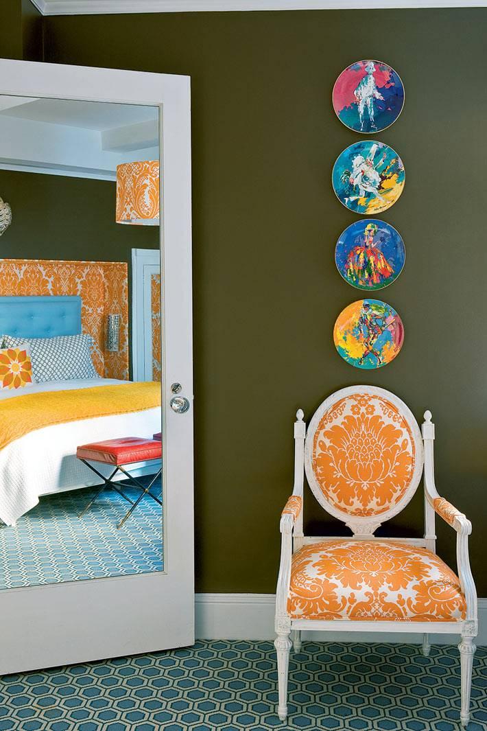 позитивная мягкая мебель оранжевого цвета в спальне фото