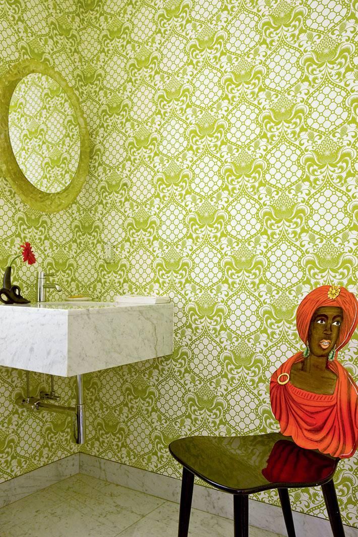 легкомысленный дизайн ванной с зелеными обоями фото
