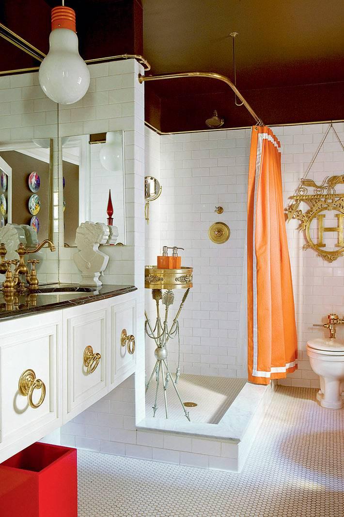 оранжевая шторка для душа в элегантной ванной комнате